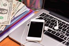 Χρήματα και ηλεκτρονικές συσκευές Στοκ φωτογραφία με δικαίωμα ελεύθερης χρήσης