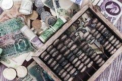 Χρήματα και ξύλινος άβακας στοκ εικόνες