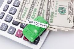Χρήματα και υπολογιστής αυτοκινήτων με το σημάδι - χώρος στάθμευσης φόρου Πληρωμές και δαπάνες στοκ εικόνες