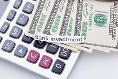 Χρήματα και υπολογιστής με το σημάδι - επένδυση τράπεζας Πληρωμές και δαπάνες στοκ εικόνες