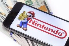 Χρήματα και iPhone της Apple 6s με τον έξοχο χαρακτήρα αριθμού του Mario Bros Στοκ φωτογραφία με δικαίωμα ελεύθερης χρήσης