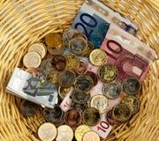 χρήματα καλαθιών Στοκ εικόνα με δικαίωμα ελεύθερης χρήσης