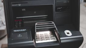 Χρήματα μετρητών έξω στο ATM φιλμ μικρού μήκους