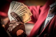 Χρήματα μετρητών σε ένα χέρι στοκ εικόνες