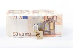 Χρήματα με το λουκέτο που απομονώνεται στο άσπρο υπόβαθρο Στοκ φωτογραφία με δικαίωμα ελεύθερης χρήσης