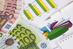 Χρήματα, μολύβι και σημειωματάριο σε μια γραφική παράσταση Στοκ Φωτογραφία