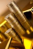 Χρήματα, νομίσματα και χρυσή, περιβαλλοντική οικονομική έννοια Στοκ Φωτογραφία
