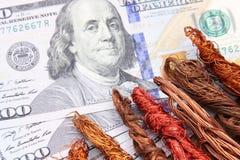 Χρήματα λογαριασμών δολαρίων με το απόρριμα χαλκού Στοκ Φωτογραφία