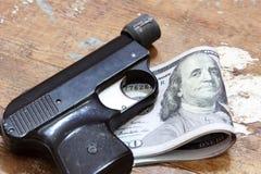 Χρήματα λογαριασμών δολαρίων με το πιστόλι Στοκ φωτογραφία με δικαίωμα ελεύθερης χρήσης