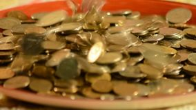 Χρήματα που περιέρχονται στο φλυτζάνι απόθεμα βίντεο