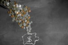 Χρήματα που ρέουν στη piggy έννοια αποταμίευσης τραπεζών Στοκ Φωτογραφία