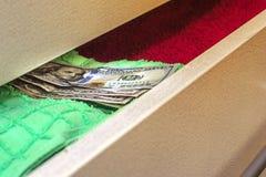 Χρήματα που τίθενται για να κρατηθεί ένα stash στο στήθος των συρταριών στοκ εικόνες με δικαίωμα ελεύθερης χρήσης