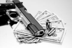 χρήματα πυροβόλων όπλων Στοκ εικόνες με δικαίωμα ελεύθερης χρήσης