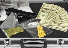 Χρήματα, πυροβόλο όπλο και φάρμακα στοκ εικόνες