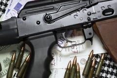 χρήματα πυροβόλων όπλων Στοκ Εικόνες