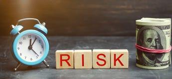 Χρήματα, ρολόι και ξύλινοι φραγμοί με τον κίνδυνο λέξης Η έννοια του οικονομικού κινδύνου Δικαιολογημένοι κίνδυνοι Επένδυση σε έν στοκ φωτογραφία με δικαίωμα ελεύθερης χρήσης