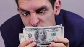 Χρήματα ρουθουνίσματος επιχειρηματιών απόθεμα βίντεο