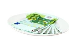 Χρήματα σε ένα άσπρο πιάτο Στοκ εικόνες με δικαίωμα ελεύθερης χρήσης