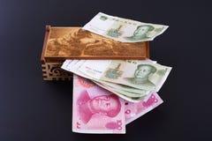 Χρήματα σε ένα κιβώτιο στοκ εικόνες με δικαίωμα ελεύθερης χρήσης