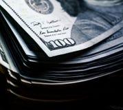 Χρήματα σε ένα ξύλινο υπόβαθρο μέρος 100 δολάρια, επιχειρησιακή σύνθεση Στοκ εικόνες με δικαίωμα ελεύθερης χρήσης