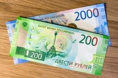 Χρήματα σε ένα ξύλινο υπόβαθρο στοκ εικόνες