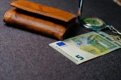 Χρήματα σε ένα σκοτεινό υπόβαθρο, επιχειρησιακή ιδέα, φωτογραφία Στοκ Εικόνες