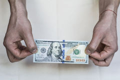 Χρήματα στα χέρια σε ένα άσπρο υπόβαθρο Στοκ Φωτογραφία