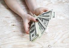 Χρήματα στα χέρια Στοκ φωτογραφία με δικαίωμα ελεύθερης χρήσης
