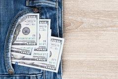 Χρήματα στην τσέπη μπλε Jean στο ξύλινο υπόβαθρο με το αντίγραφο spac Στοκ εικόνα με δικαίωμα ελεύθερης χρήσης