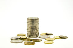 Χρήματα Στοίβα των νομισμάτων στην άσπρη ανασκόπηση σωρός χρημάτων χεριών έννοιας νομισμάτων που προστατεύει την αποταμίευση επιχ Στοκ Εικόνες