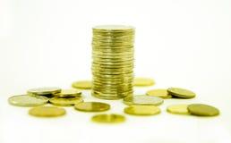 Χρήματα Στοίβα των νομισμάτων στην άσπρη ανασκόπηση σωρός χρημάτων χεριών έννοιας νομισμάτων που προστατεύει την αποταμίευση επιχ Στοκ εικόνα με δικαίωμα ελεύθερης χρήσης