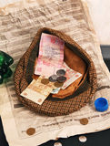 Χρήματα στον επαίτη ΚΑΠ Στοκ φωτογραφία με δικαίωμα ελεύθερης χρήσης