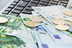 Χρήματα στον πίνακα στοκ εικόνα