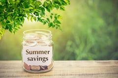 Χρήματα στο βάζο στην ξύλινη θερινή αποταμίευση πινάκων και κειμένων Στοκ φωτογραφία με δικαίωμα ελεύθερης χρήσης