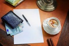 Χρήματα της Ευρωπαϊκής Ένωσης, ευρο- σε ένα μοντέρνο γραφείο με τον καφέ και έναν λαμπτήρα στοκ φωτογραφία με δικαίωμα ελεύθερης χρήσης