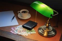 Χρήματα της Ευρωπαϊκής Ένωσης, ευρο- σε ένα μοντέρνο γραφείο με τον καφέ και έναν λαμπτήρα στοκ εικόνα με δικαίωμα ελεύθερης χρήσης