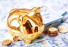 χρήματα τραπεζών piggy Στοκ φωτογραφίες με δικαίωμα ελεύθερης χρήσης