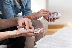Χρήματα υπολογισμού ζεύγους στο σπίτι Στοκ Εικόνες