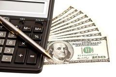 Χρήματα, υπολογιστής και μάνδρα πέρα από το λευκό στοκ φωτογραφίες με δικαίωμα ελεύθερης χρήσης