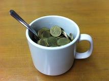 Χρήματα φλιτζανιών του καφέ Στοκ εικόνες με δικαίωμα ελεύθερης χρήσης