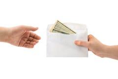 χρήματα χεριών φακέλων Στοκ εικόνα με δικαίωμα ελεύθερης χρήσης