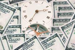 Χρήματα - χρόνος χρόνος χρημάτων έννοιας ρολογιών τραπεζογραμματίων Στοκ εικόνα με δικαίωμα ελεύθερης χρήσης
