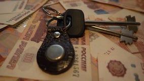 Χρήματα Fon - ρωσικά 5000 ρούβλια και κλειδιά κλείνουν στοκ εικόνες