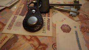 Χρήματα Fon - ρωσικά 5000 ρούβλια και κλειδιά 4k στενά απόθεμα βίντεο