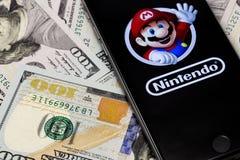 Χρήματα, iPhone της Apple 6s με τον έξοχο χαρακτήρα FR αριθμού του Mario Bros Στοκ φωτογραφία με δικαίωμα ελεύθερης χρήσης