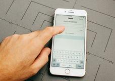 Χρήματα Skrill στο iPhone 7 συν τα προγράμματα εφαρμογών Στοκ φωτογραφία με δικαίωμα ελεύθερης χρήσης