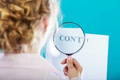 Χρήσεις επιχειρηματιών που ενισχύουν - γυαλί για να ελέγξει τη σύμβαση Στοκ φωτογραφία με δικαίωμα ελεύθερης χρήσης
