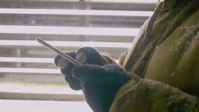 Χρήση γυναικών του έξυπνου τηλεφώνου στο χειμώνα τη νύχτα απόθεμα βίντεο