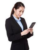 Χρήση επιχειρηματιών του κινητού τηλεφώνου Στοκ Εικόνες