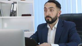 Χρήση επιχειρηματιών το PC ταμπλετών στην αρχή απόθεμα βίντεο